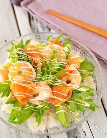 具だくさんで食べ応えもあるちらし寿司のレシピ。具材が豪華で彩りもばっちりのため、雛祭りなどイベントの食卓にもぴったりです。酢飯に盛り付けるだけなので簡単に作れるのもポイント。