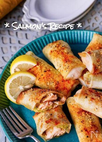 アボカドとクリームチーズを潰して和えたものとサーモンを春巻きの皮で包んだレシピ。オリーブオイルを塗ってオーブンで焼くだけなので、ヘルシーで簡単に作れるのもポイントです。