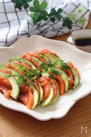 アボカドとサーモンのカルパッチョです。交互に並べるだけで色合いがきれいで華やかに。バルサミコ酢とわざびを混ぜたソースをかけたら大人味の前菜が簡単に完成します!