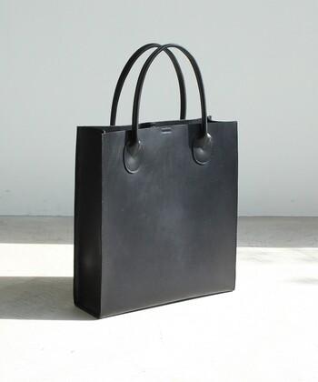 余分な装飾をカットし、直線の美しさを最大限に引き出したシンプルなトートバッグは、お仕事シーンにもピッタリの一品。A4サイズの書類もストレスフリーですっきり収納できます。マチがしっかりと取られているので安定感があり、自立する点もポイントです。