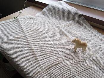 窓の大きさに合うように、切って縫い合わせたら、マジックテープで窓枠に貼り付けるだけ!とっても簡単で素敵なアイディア術です♪