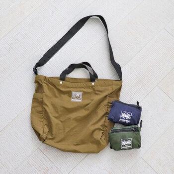 こちらはナイロン素材で、アクティブシーンから普段のお出かけまで幅広く使えるトートバッグです。  ショルダーバッグとしても使えるので、荷物の量やお出かけ先に合わせて使い方を変えられるのも魅力的ですよね。使わないときは、小さく折りたたんでしまえるパッカブル仕様なので、旅行先のサブバッグやエコバッグとして携帯しても◎