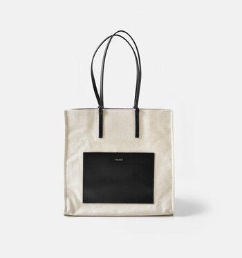 カジュアルな装いに合わせやすいキャンバス地に、きれいめな印象を与えるレザーを組み合わせたスクエアトートバッグ。どこかエレガントな雰囲気があるので、オン・オフどちらにも使えて長く愛用できそうですね。荷物の量や重さに合わせて、肩掛けカバンとしても、ハンドバッグとしても使えますよ!