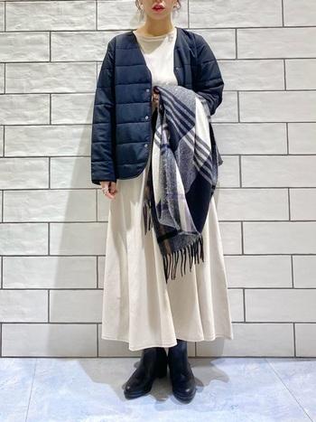 黒いブーツというと一見クールでかっこいいイメージがあるかもしれませんが、ワンピースやスカートなどの女性らしいアイテムとも相性抜群。ブラックのサイドゴアブーツでコントラストをはっきりとさせることで白のフレアワンピースの良さがより活きますね。