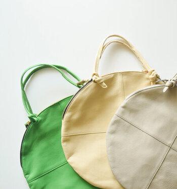 まあるい形で可愛らしい雰囲気がありながら、フラットな作りで洗練された印象も兼ね備えたトートバッグ。 軽くて柔らかなレザーは、中に入れるものに合わせて膨らむので、見た目よりも収納力がありますよ。春らしい軽やかなカラーが用意されているので、これからの季節、コーデのアクセントとしても使えそう!