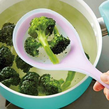 穴ナシと穴アリのクッキングスプーンが、2本セットになっています。この2本があれば、お玉やざる、フライ返しなど実に6役の活躍を見せてくれるんです。穴アリスプーンは茹でた野菜をお湯から上げたり、スープから具材を取り出したりと万能。