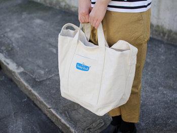 もともと洗濯物を運ぶために作られたトートバッグです。そのため、厚手で丈夫な作りになっており、重たいものも安心して入れて持ち運ぶことができますよ。  入れ口が大きく開いて使いやすいのはもちろん、開閉部が巾着になっているので、中身をしっかり隠せるようになっています。中にはポケットもついており、おしゃれなショッピングバッグとしてもおすすめです!