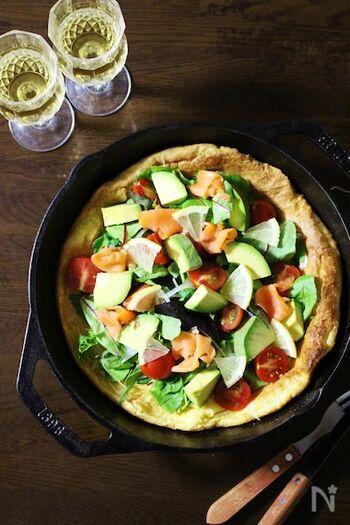 スキレットで作るパンケーキのダッチベイビーをアレンジしたレシピ。生地をスキレットで焼き上げたあとに、サーモンやアボカド、トマトなどの具材を盛り付けて仕上げます。スキレットのまま出せばパーティーでも映えますね。
