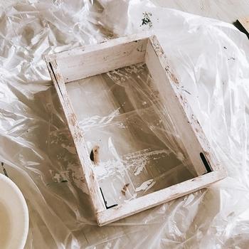 まずは木材を使って、家のインターホンがすっぽり収まるサイズの木箱を作ります。4枚の板材をL字金具かねじで固定しましょう。 このような箱ができたら、アンティークメディウムをざっくり塗ってシャビー感を出していきます。