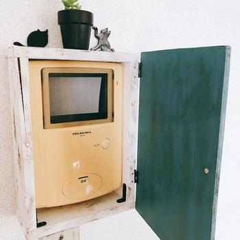 最初に作った木箱と蓋(ドア)を蝶番でつなぎ合わせると、開閉できるインターホンドアの完成です。 ドアの部分にはドアノブを付けると、開閉しやすくなりますよ。 ちなみに壁にはマスキングテープ&両面テープで張り付けて固定すればOKです。