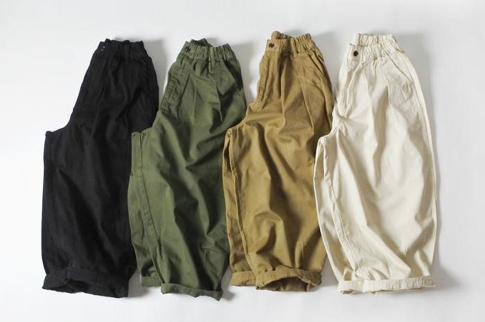 左からブラック、グリーン、カーキベージュ、アイボリー。ベーシックで使いやすく、どんなコーデとも相性よく決まるカラーバリエーションです。一年中着られるので、色違いで揃えてみても◎