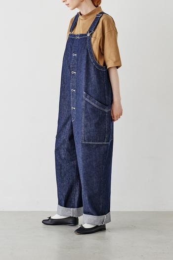 Tシャツと合わせるだけでしっかりとサマになるデニム素材のオーバーオールは、コーデの主役になれる1枚。細部までこだわったボタンや、大きめのポケットにも注目です。インナーを替えれば、オールシーズン着られる万能アイテム。