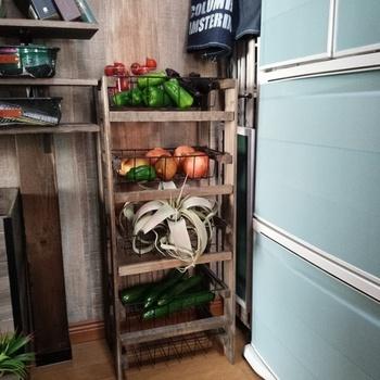 ホームセンターで購入したすのこを解体し、再度組み直して作った野菜ストッカー。100円ショップのワイヤートレーを中に入れています。  DIYが得意な人なら、自分のキッチンにぴったりのサイズ感で、自作するのもおすすめ。