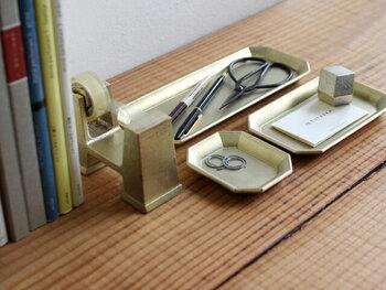富山県高岡市で明治30年より創業している老舗のニューブランド「FUTAGAMI(フタガミ)」。長方形の大きなサイズははさみやペンなどを置くのにちょうどいい!使うほどに馴染む真鍮で作られている文具トレイは、鋳物業を営む老舗ならではの技術を感じますね。