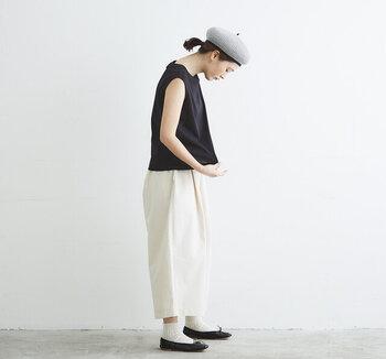 こちらもシンプルなモノトーンコーデ。ですが、先ほどとは配色が逆。黒をトップスに持ってくるとスタイルアップ効果が狙えます。ただその分顔の印象が暗くなりがちなので、ここはライトグレーのベレー帽で顔まわりに明るさをプラス。マリンテイストの帽子の形が個性的で涼しげですね。