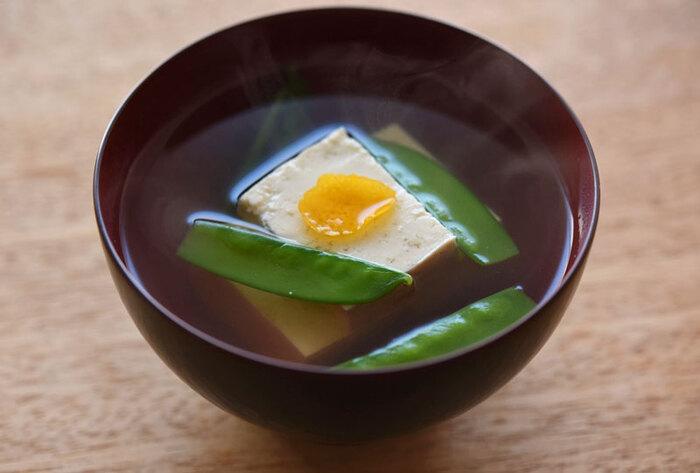 あっさりしていて食べやすい豆腐。彩りのいい食材をプラスすることで、見た目にも美しく、食べたい気持ちをそそります。絹さやの下ごしらえをする時間がなければ、おうちにある葉物野菜でも代用できそうです。