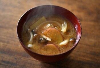さつまいもとしめじと玉ねぎ入りのみそ汁は、甘くてほっこり安心する味。さつまいも・しめじ・玉ねぎのそれぞれの食感が味わえます。
