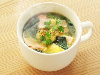 お子さまにもおすすめな定番の具材×コンソメキューブのほうれん草と卵のスープ。簡単でおいしく、ベーコンと玉ねぎの旨味を感じられます。