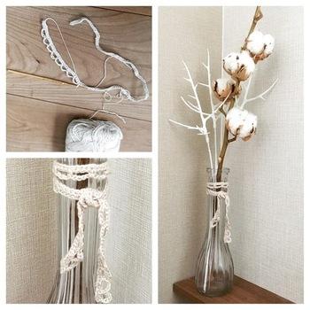 レース糸でレースの紐を編む作り方です。かぎ針の鎖編みと細編みで作れるので、初心者の方でも作りやすいレシピ。お好みの長さのレース紐ができます。花瓶に結んだり、ガーランドにしたりするだけでレース調のインテリアが簡単に完成♪