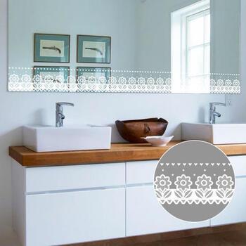 洗面台の鏡にレース調のウォールステッカーを貼るアイディアです。明るい印象になるので、洗面台の雰囲気を変えたいときにもおすすめ。もちろん、窓に貼っても良いですね♪