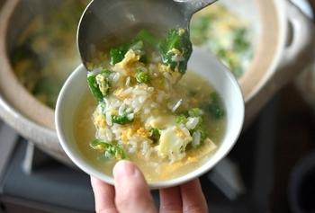春の訪れを感じさせてくれる、菜の花の、だし汁いらずで作るお手軽雑炊。卵で彩りをプラスし、じゃこで味わいと食感をプラスしたレシピは、疲れたカラダにやさしく染みます。