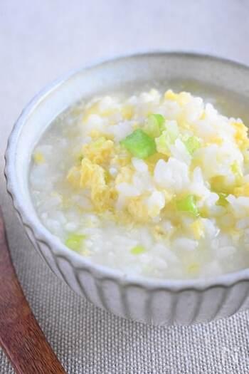 体を温める効果がある、長ねぎとしょうがをたっぷり入れた雑炊は、香りがよくさらっと食べやすい仕上がりです。鶏ガラスープの素で、手軽に作れます。