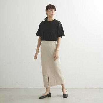 ストレッチ性のあるダンボールニットを素材に使用した、Iラインのタイトスカート。ウエストには幅広のゴムが入っているので、タックインも手軽にスッキリとサマになります。フロントにスリットが入っているので、脚を華奢に見せてくれる効果に期待できる一枚です。ブラックとベージュの2色から選べます。