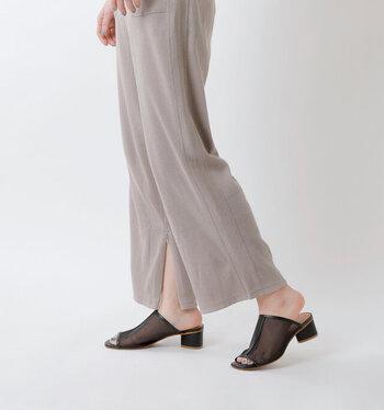 フレアシルエットのイージーパンツは、ゆったりシルエットでラフに着こなせるアイテム。足元の内側にスリットが入っていますが、ファスナー付きなので開閉可能。気分やコーディネートに合わせて、着こなしを変えることができます。グレージュ・キナリ・ヴィンテージブルー・ブラックの4色展開。