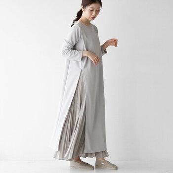 サイドに深くスリットの入ったワンピースは、ロングスカートやワイドパンツとのレイヤードコーデにぴったり。ワンピースが膨らんで見えてしまうレイヤードスタイルを、スリットを入れることで解消してスッキリと見せています。グレーのワントーンで統一して、大人っぽさを感じさせるコーディネートに。