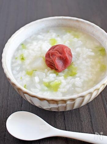 胃腸にやさしい、うす味で大根入りのお粥は、疲れてあまり食欲のない朝に。梅干しや細かく刻んだしょうが、味付き昆布などのトッピングも合います。