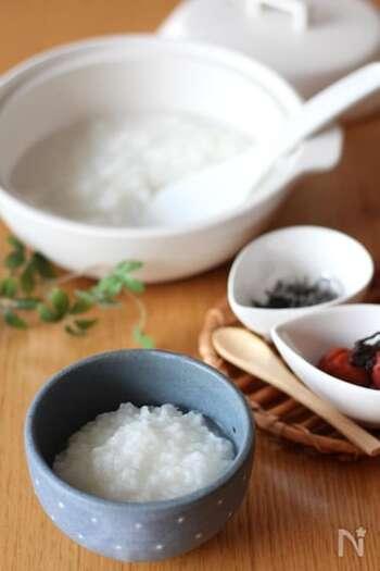 まずは、体にやさしい基本のお粥の作り方から。体調がいまひとつなとき、ほっとするやさしいお粥がおすすめです。お好みの薬味を豆皿に並べて、見た目も楽しい食卓に。