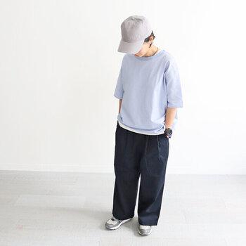 ハリ感のあるネイビーのワイドパンツ、綺麗な水色のTシャツの裾からチラっと見える白のレイヤードスタイル。シンプルで爽やかな色合いのボーイッシュコーデにキャップは相性が良いです。スニーカーと同系色のキャップなので、まとまりのある印象に。