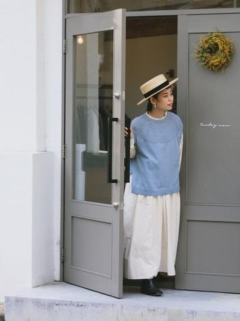 白のふんわりとしたワンピースに、綺麗な空色ベストの爽やかなコーデ。カンカン帽で涼しげな印象をプラス。帽子のリボンと靴の黒が全体の印象をパリッと引き締めていますね。まだ穏やかな暖かさの春にぴったりなコーディネートです。