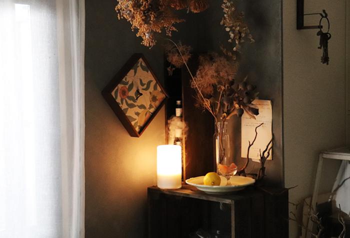 間接照明のぼんやりとした柔らかな明かりは、空間をムーディーに彩ってくれますよね。雰囲気のあるお部屋作りに欠かせないといっても過言ではないアイテムです。 シャビーシックなテイストのインテリアが好きなら、間接照明もシャビー感のあるものを選ぶのがおすすめ。