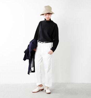 パリッとしたモノトーンコーデ。帽子も同じモノトーンで合わせるのは王道で一番簡単なテクニックですが、ここはあえてアイボリーのバケットハットで優しい印象をプラス。少し高さのあるハットなので、スッキリとした服装と相まって背を高く、スタイルを良く見せてくれます。