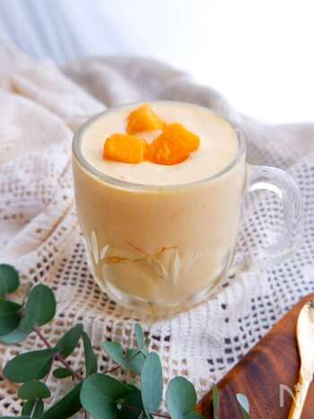 マンゴーとヨーグルトの組み合わせが爽やかなマンゴーラッシー。暑い日にぴったりのひんやりドリンクは、食欲が出ない暑い夏の朝におすすめのレシピです。