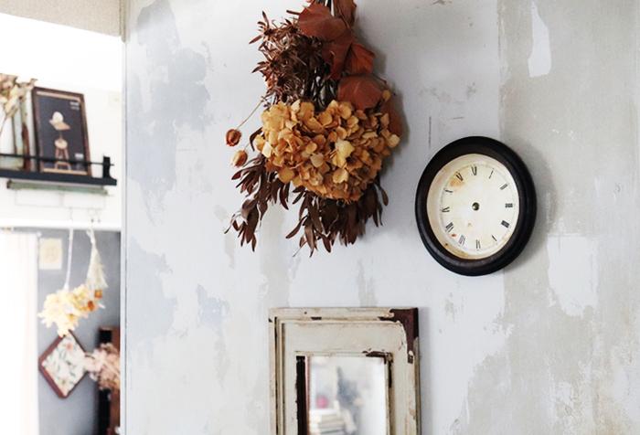 次に紙皿を使って作れる、とても簡単なシャビーシックな時計のDIY方法をご紹介します。  材料は以下になります。  ・紙皿(平皿とボウル型) ・プリントアウトした文字盤 ・塗料