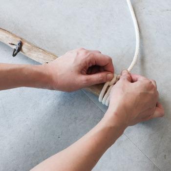 作る時にはくるくると紐を流木にしっかりと巻きつけることがポイントです!麻紐でもOK。フックを付けたり、お好みでアレンジして楽しもう♪