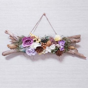 流木にパープルとホワイト系のお花をあしらったリース。またナチュラル、ボタニカルテイストの結婚式などにもおすすめです♪大人かわいいアクセントとして活躍します。