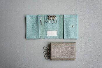シボ感が特徴の上質なイタリアレザーを使用したキーケース。鍵を掛けられるフックだけでなく、カード類を収納できるポケットやコインを収めることができるファスナー付き。