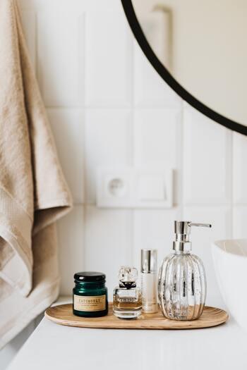 ①トイレを香り豊かな空間に…香水をしみ込ませたコットンをお皿に乗せておいたり、トイレットペーパーの芯にワンプッシュ。  ②雨の日に香りでリフレッシュ…傘の内側に香水をスプレー。傘を開いた時にとても良い香りで癒されますよ♪  ③下着やインナーに香りづけ…ハンカチに香水を染み込ませて引き出しに。下着を身につける時ふんわり香りを感じられます。