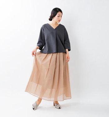 ワイド&ショート丈のプルオーバーなら、ふんわりしたスカートに合わせてあげるとバランスよく着こなせます。明るいトーンのくすみカラーを選んで軽やかに、女性らしい印象に。