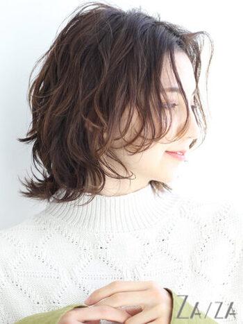 レイヤーにすると毛先が軽くなるので、一束一束動きが出やすくなります。パーマスタイルとも相性◎美容師さんと相談して、パーマに合ったレイヤーを入れてもらうと、ぐっと扱いやすくなりますよ。