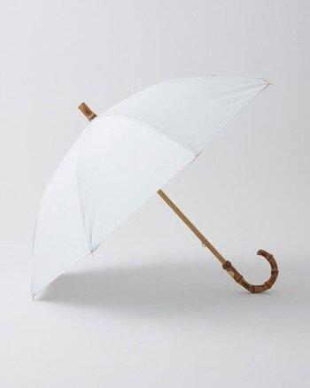「トラディショナルウェザーウエア」はイギリスのマッキントッシュ社のブランドです。イギリスらしい伝統を感じさせるスタイルで、上品な佇まいが魅力です。傘の先端が尖っていないのも特徴的です。