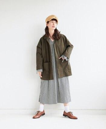 ワンピースやスカートの甘めアイテムには、メンズライクなアイテムをオンしてこなれ感を。オーバーサイズのジャケットとレースアップシューズ、仕上げにベージュのキャスケットでワークテイストにスタイルアップ。