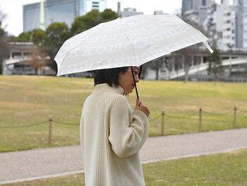 大人の女性に丁度いいかわいらしさが見つかる「マリメッコ」のテキスタイルを使った折り畳み傘です。ロゴがプリントさて、程よい主張がかわいらしいです。