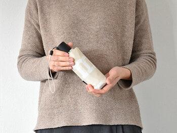 折り畳むと16cmととってもコンパクトになります。バッグの中や旅行先でもかさばらないのがうれしいですね。
