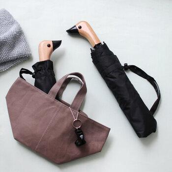 持ち手の部分がアヒル型になっている、何ともかわいらしい折り畳み傘です。こんな折り畳み傘なら、バッグから飛び出してもキュートですね。