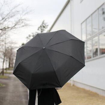 開くと直径97cmになり、強めの雨でも安心感のある大きさです。3段式の折り畳み傘なので、畳めばコンパクトになります。