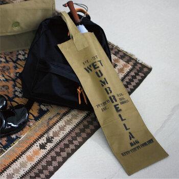 ユーズドのゴム引き生地のレインコートを使って作られた、傘用の収納袋です。ストンと入れれば、バッグのように持ち運べるから、電車や移動時に快適です。お洋服やバッグが濡れる心配もありませんね。